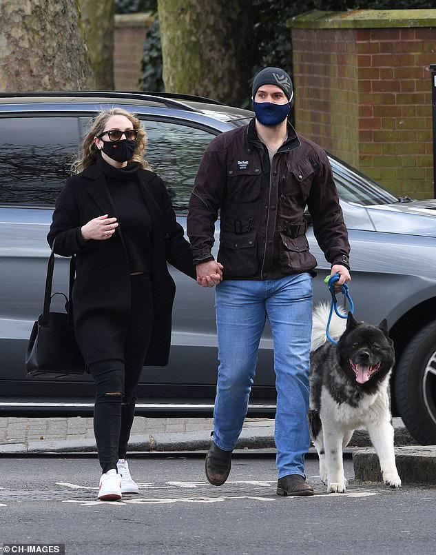 Siêu nhân Henry Cavill nắm tay bạn gái bí ẩn ở London - Ảnh 1.