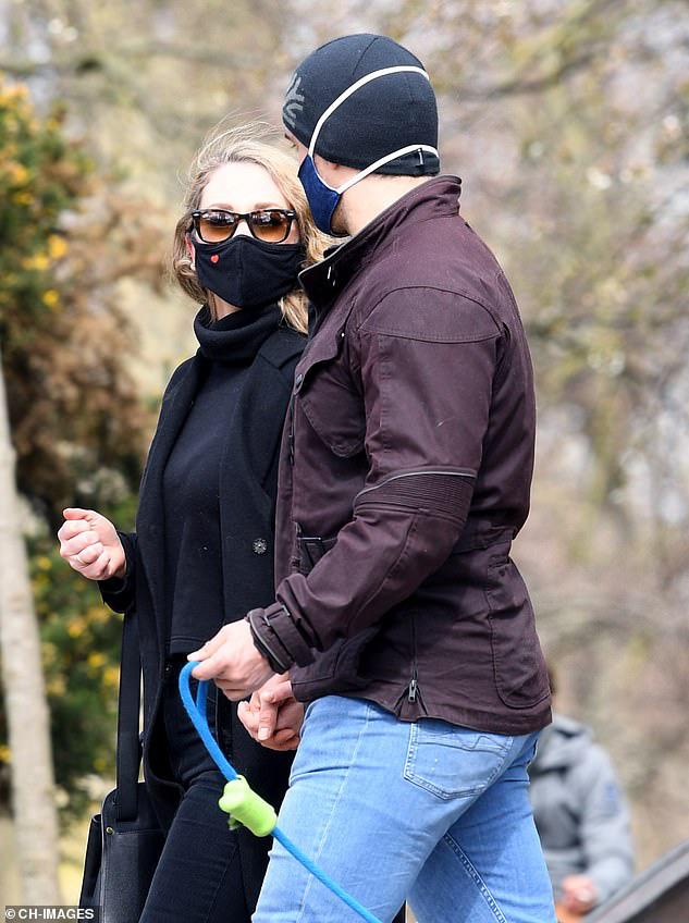 Siêu nhân Henry Cavill nắm tay bạn gái bí ẩn ở London - Ảnh 2.