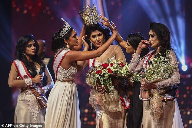 Hoa hậu Quý bà Sri Lanka bị giật vương miện khi đăng quang - Ảnh 1.