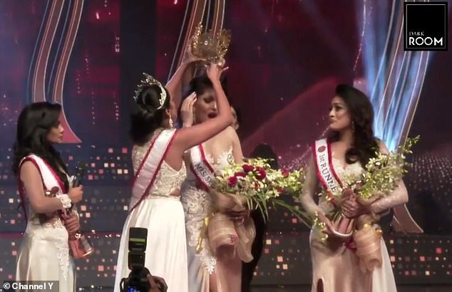 Hoa hậu Quý bà Sri Lanka bị giật vương miện khi đăng quang - Ảnh 2.