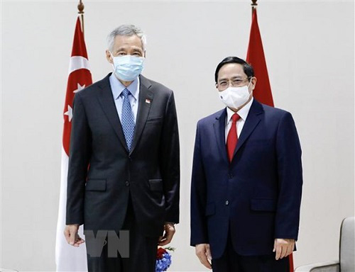 PM Pham Minh Chinh (R) and Singaporean PM Lee Hsien Loong (Photo: VNA)