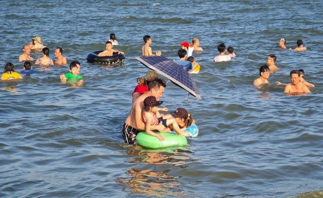 Sầm Sơn đảo chiều: Du khách ùn ùn đổ về, bãi biển ken đặc người - Ảnh 9.