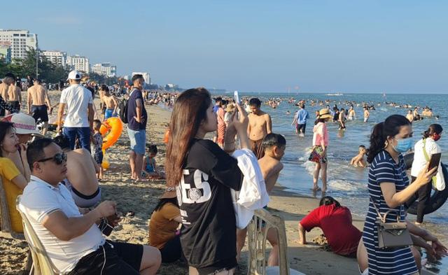Sầm Sơn đảo chiều: Du khách ùn ùn đổ về, bãi biển ken đặc người - Ảnh 11.