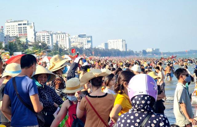 Sầm Sơn đảo chiều: Du khách ùn ùn đổ về, bãi biển ken đặc người - Ảnh 5.