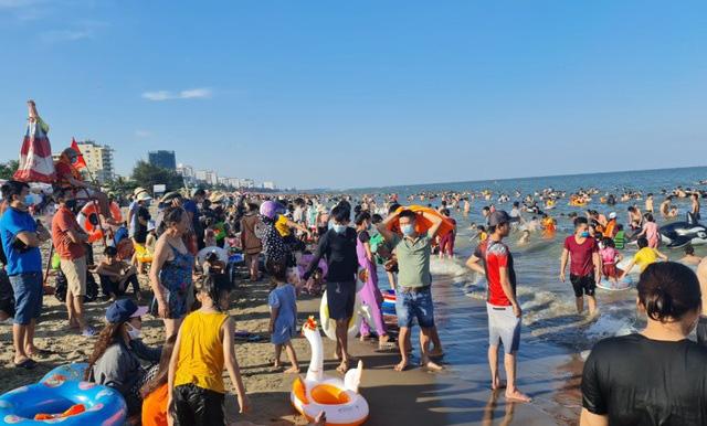 Sầm Sơn đảo chiều: Du khách ùn ùn đổ về, bãi biển ken đặc người - Ảnh 6.