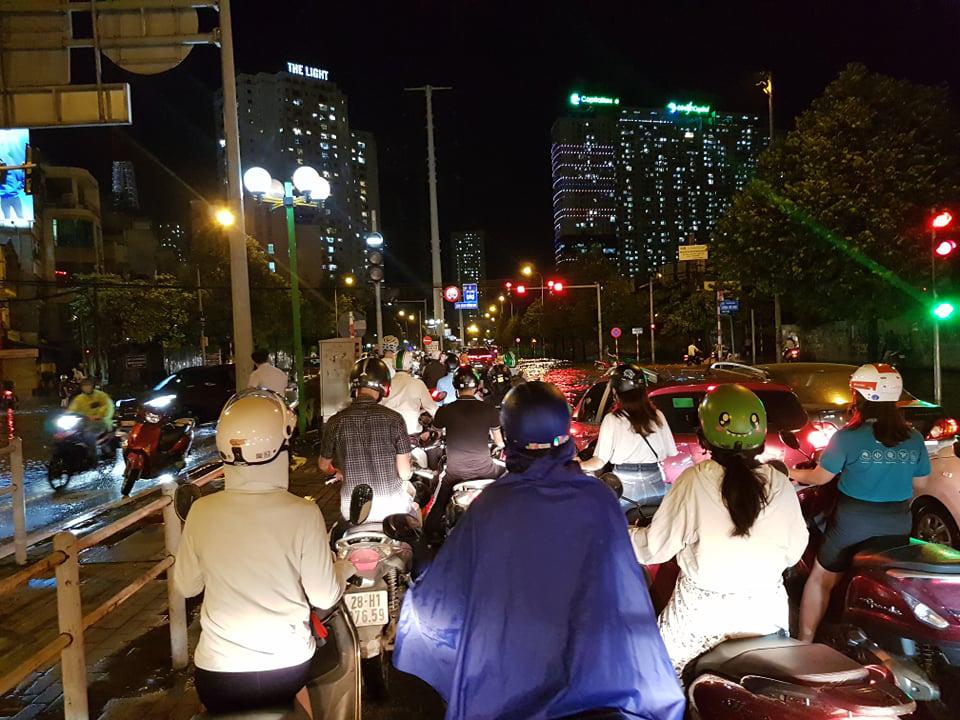 Hà Nội: Nhiều phố ngập nặng vì mưa lớn, người dân chật vật trên đường - Ảnh 18.