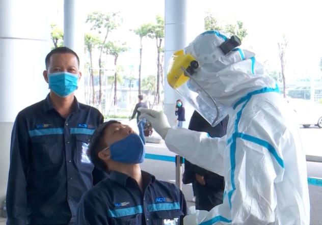 Xét nghiệm COVID-19 hơn 2.000 nhân viên Cảng hàng không quốc tế Đà Nẵng - Ảnh 1.