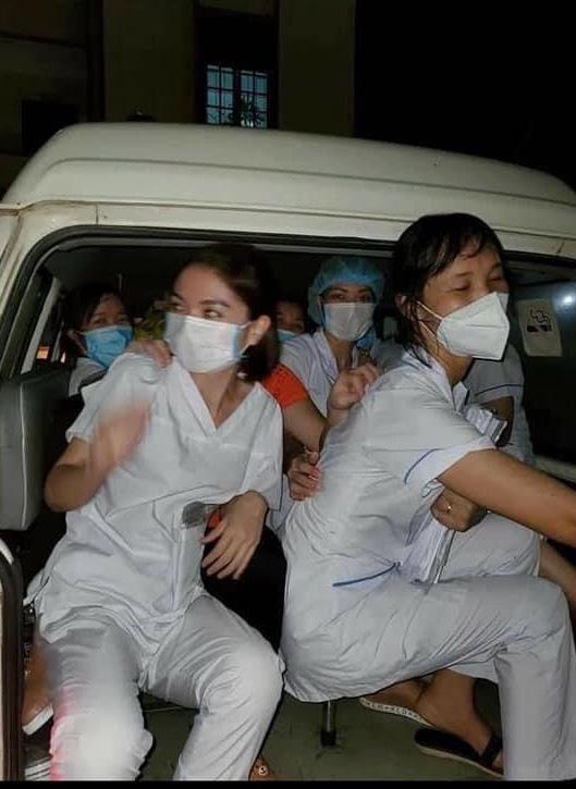 Rơi nước mắt hình ảnh nhân viên y tế kiệt sức khi vượt nắng, băng đêm truy tìm COVID-19 - Ảnh 8.