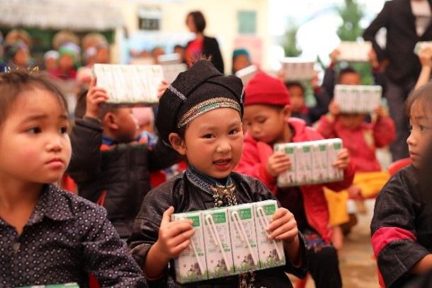 Vinamilk và Quỹ sữa Vươn cao Việt Nam 2021 trao tặng 1,7 triệu ly sữa hỗ trợ trẻ em khó khăn - Ảnh 3.