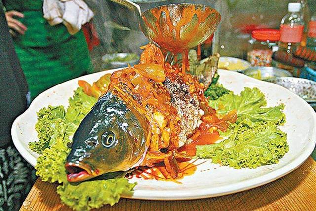 Cá âm dương nửa sống, nửa chết khiến thực khách sởn da gà - Ảnh 1.