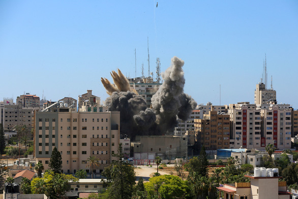 Tòa nhà của hãng tin AP và Al Jazeera tại Dải Gaza bị đánh sập, 12 phóng viên thoát chết trong gang tấc - Ảnh 1.