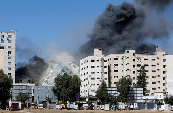 Tòa nhà của hãng tin AP và Al Jazeera tại Dải Gaza bị đánh sập, 12 phóng viên thoát chết trong gang tấc - Ảnh 2.