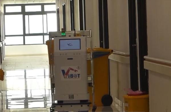 Bệnh viện Bạch Mai cơ sở 2 ứng dụng robot hỗ trợ người bệnh trong khu vực cách ly - Ảnh 1.