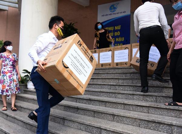 Hơn 60.000 khẩu trang dành tặng Hà Nội chống dịch từ nhiều NTK Áo dài - Ảnh 1.