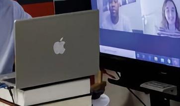 Thủ tướng Canada dùng laptop HP dán logo... Apple? - Ảnh 1.