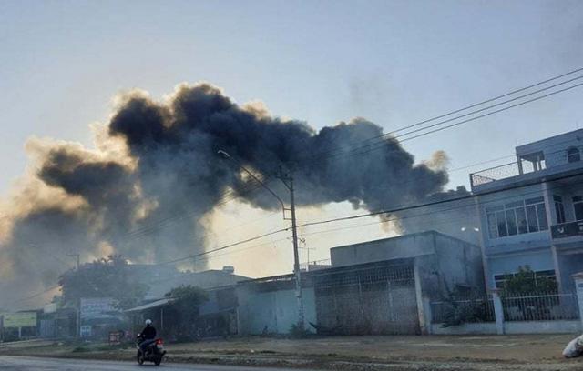 Cháy bãi phế liệu 500m2 tại Đắk Lắk - Ảnh 1.