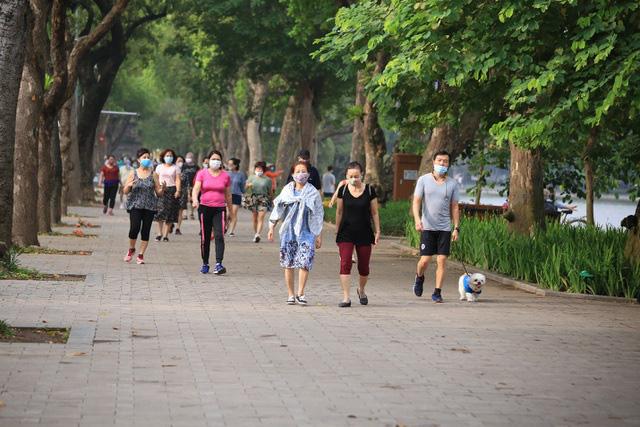 Hà Nội: Nhiều người dân vẫn chủ quan trong phòng, chống dịch COVID-19 - Ảnh 3.