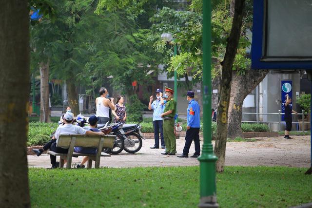 Hà Nội: Nhiều người dân vẫn chủ quan trong phòng, chống dịch COVID-19 - Ảnh 2.