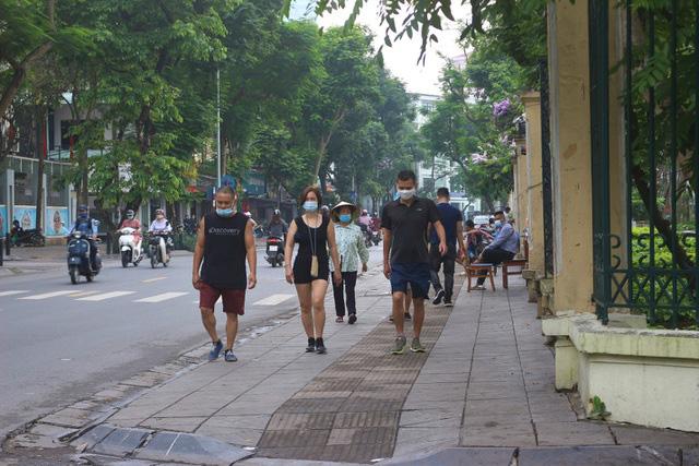 Hà Nội: Nhiều người dân vẫn chủ quan trong phòng, chống dịch COVID-19 - Ảnh 1.