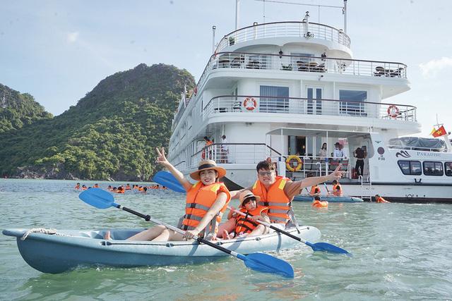 Quảng Ninh mở lại bãi tắm, hoạt động tập trung đông người có kiểm soát - Ảnh 1.