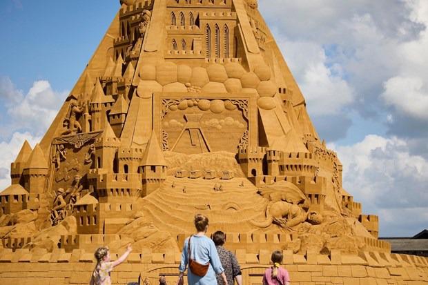 Chiêm ngưỡng lâu đài cát cao nhất thế giới tại Đan Mạch - Ảnh 2.