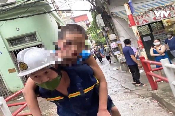 Đục tường giải cứu bé trai 13 tuổi mắc kẹt trong khe tường hẹp - Ảnh 2.