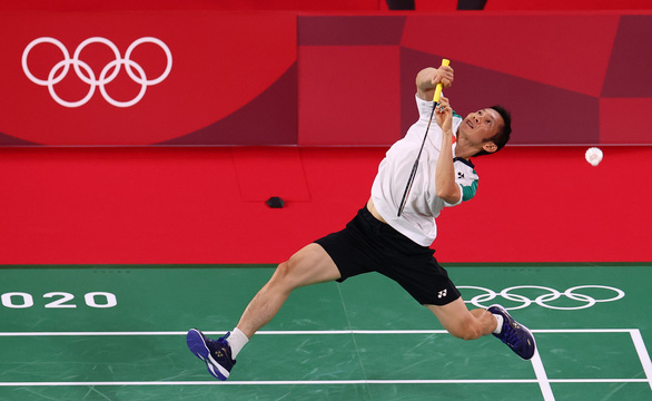 Olympic Tokyo 2002: Nguyễn Tiến Minh thất bại trước tay vợt số 3 thế giới Anders Antonsen (Đan Mạch) - Ảnh 1.