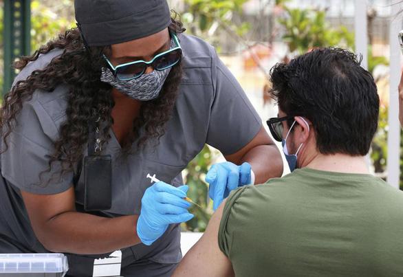 Các bang ở Mỹ đang tăng tốc tiêm vaccine trước khi chúng hết hạn - Ảnh 1.