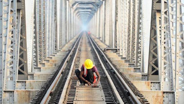 """Sóng thần"""" COVD-19 tác động đến kinh tế Ấn Độ nhẹ hơn dự báo - Ảnh 1."""