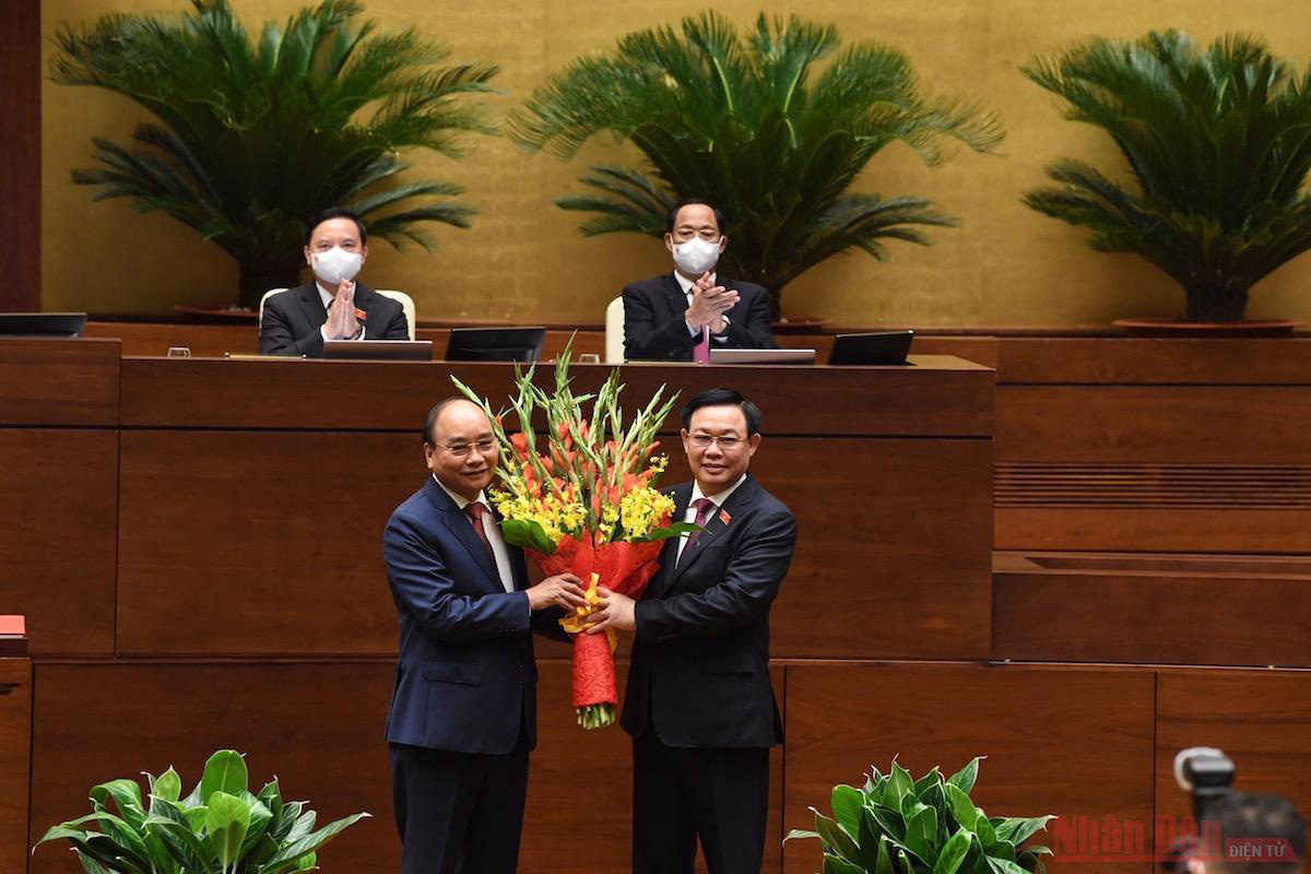 NA Chairman Vuong Dinh Hue presents flowers to newly-elected President Nguyen Xuan Phuc. (Photo: NDO)