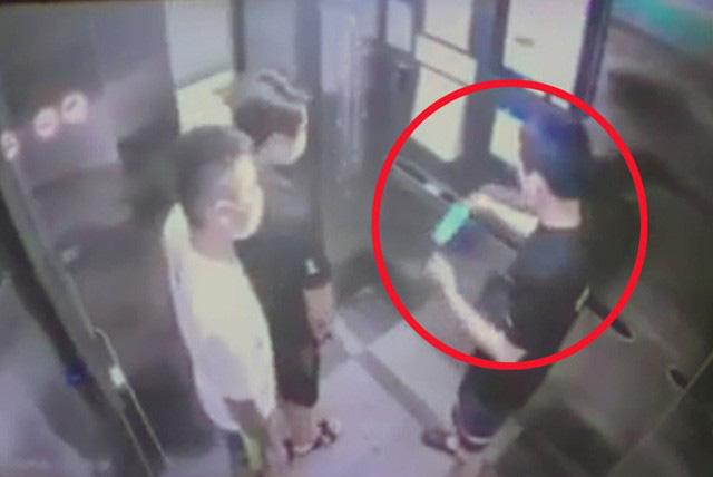 Nam thanh niên Hà Nội khạc nhổ, vứt khẩu trang trong thang máy chung cư - Ảnh 1.