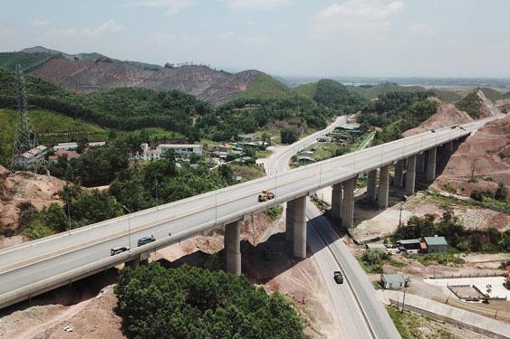 Quảng Ninh duy trì đà tăng trưởng trong trạng thái bình thường mới - Ảnh 1.