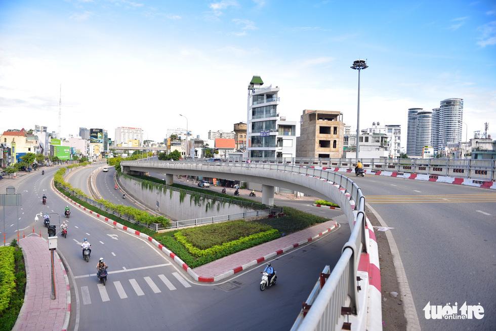 TP Hồ Chí Minh đường thông, hè thoáng ngày đầu giãn cách xã hội - Ảnh 15.