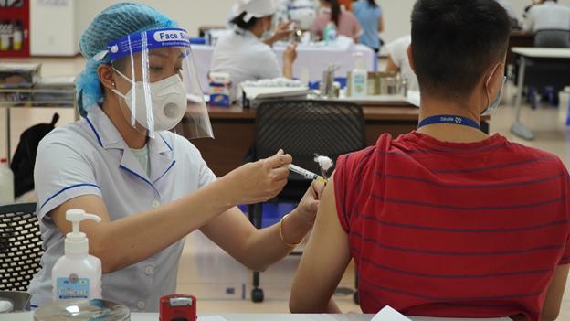 Huy động tổng lực, đẩy nhanh tiến độ tiêm vaccine phòng COVID-19 tại TP Hồ Chí Minh - Ảnh 2.