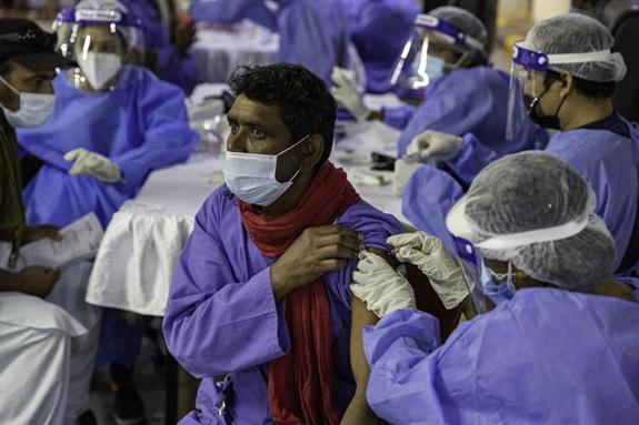 Một số quốc gia Trung Đông dẫn đầu thế giới về tỷ lệ tiêm vaccine - Ảnh 1.