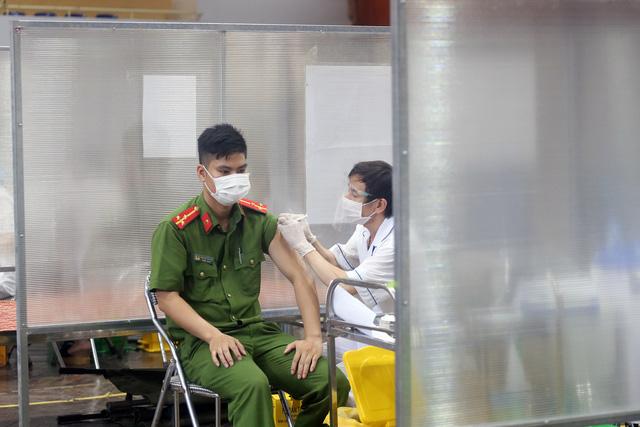 Hà Nội: Trưng dụng Nhà thi đấu Trịnh Hoài Đức thành nơi tiêm vaccine phòng COVID-19 - Ảnh 8.