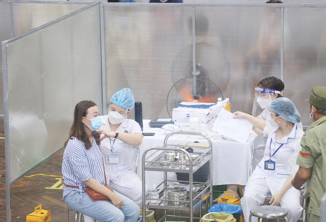 Hà Nội: Trưng dụng Nhà thi đấu Trịnh Hoài Đức thành nơi tiêm vaccine phòng COVID-19 - Ảnh 11.