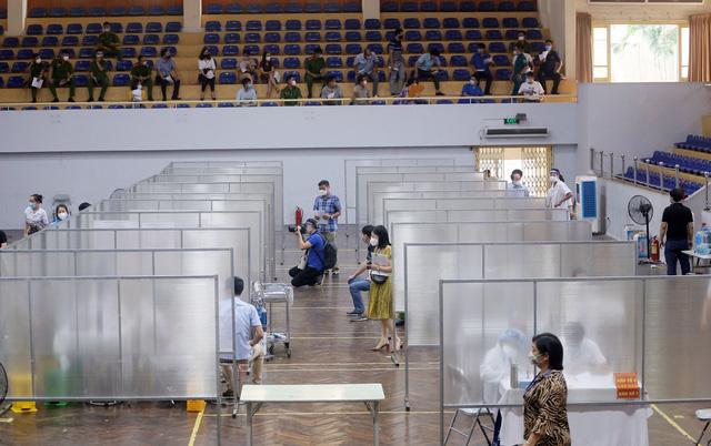 Hà Nội: Trưng dụng Nhà thi đấu Trịnh Hoài Đức thành nơi tiêm vaccine phòng COVID-19 - Ảnh 12.