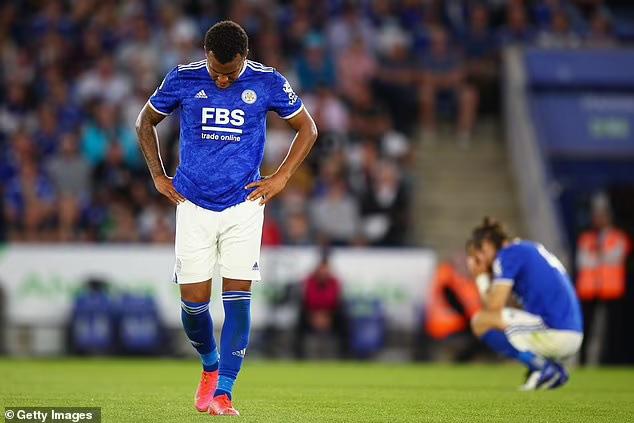 Cầu thủ Leicester gãy chân sau cú vào bóng thô bạo - Ảnh 3.