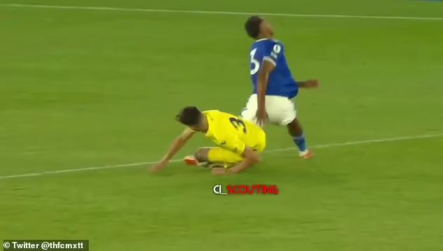 Cầu thủ Leicester gãy chân sau cú vào bóng thô bạo - Ảnh 2.