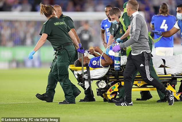 Cầu thủ Leicester gãy chân sau cú vào bóng thô bạo - Ảnh 4.