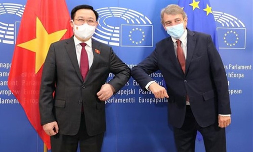 Chairman of the Vietnamese National Assembly Vuong Dinh Hue (left) and President of the European Parliament David Sassoli pose for a photo ahead of their meeting on September 8.