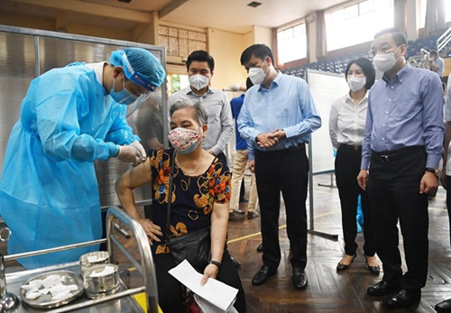 Delegation inspecting COVID-19 vaccination in Hanoi