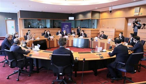 The talks between the leaders of the Vietnamese N.A. and the E.P. in Brussels