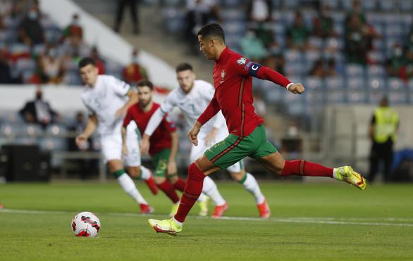 Ronaldo lập kỷ lục ghi bàn, Bồ Đào Nha ngược dòng nghẹt thở - Ảnh 1.