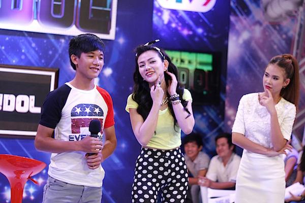 Nữ ca sỹ Thu Thủy đã nhờ một khán giả lên sân khấu vặn vẹo cằm trong buổi  ghi hình 2Idol sẽ phát sóng vào 20h55 ngày 9/6 trên VTV9.