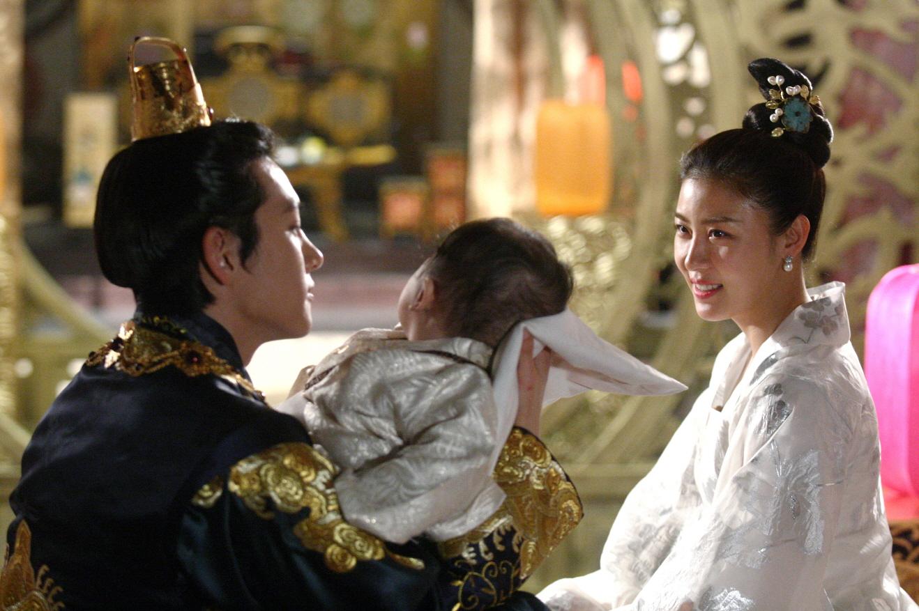 Là bộ phim truyền hình cổ trang với thời lượng phát sóng hơn 50 tập, chính vì vậy đoàn làm phim của Hoàng hậu Ki đã có khoảng thời gian khá dài ...