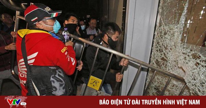 Người biểu tình Hong Kong xông vào tòa nhà công quyền