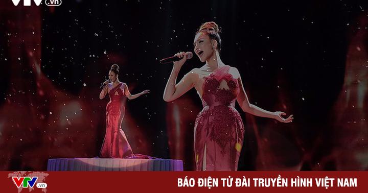 Chào 2018: Hồ Quỳnh Hương đẹp như một nữ hoàng