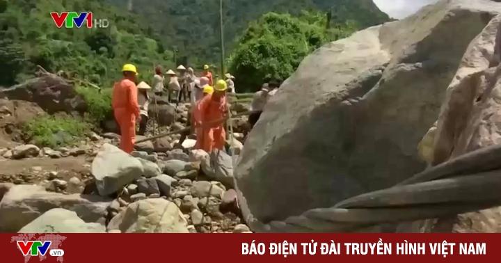 Nỗ lực cấp điện trở lại cho người dân vùng lũ